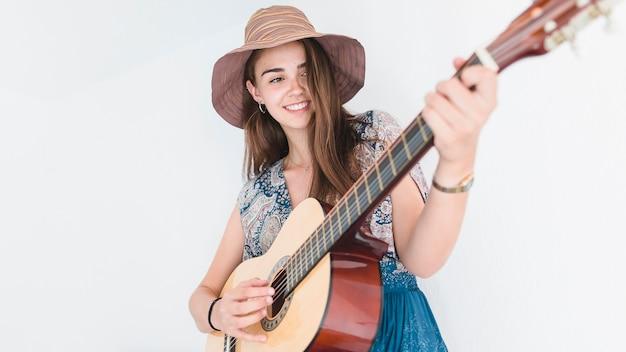 Gros plan, de, a, adolescent talentueux, porter chapeau, jouer guitare Photo gratuit
