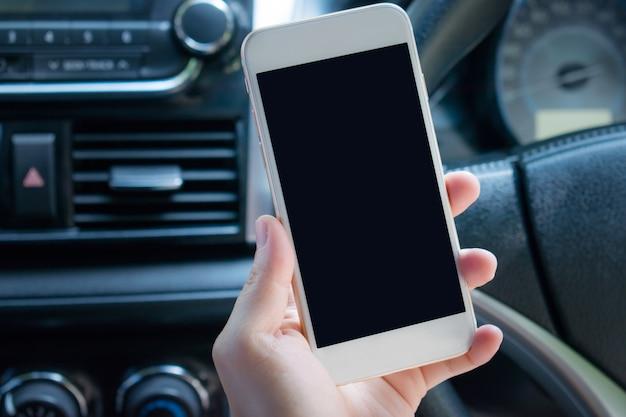 Gros Plan à L'aide D'un Smartphone Dans La Voiture. Photo Premium