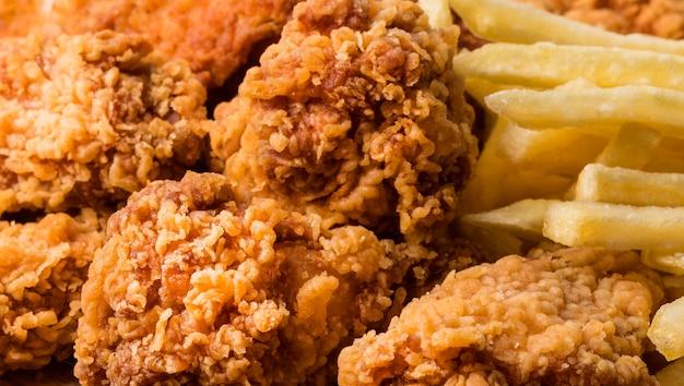 Gros Plan Ailes De Poulet Frit Avec Frites Photo gratuit