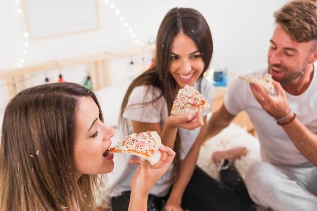 Gros plan, ami, manger, pizza, devant, couple Photo gratuit
