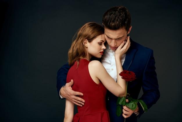 Gros Plan Sur Les Amoureux Avec Une Rose Rouge Isolée Photo Premium