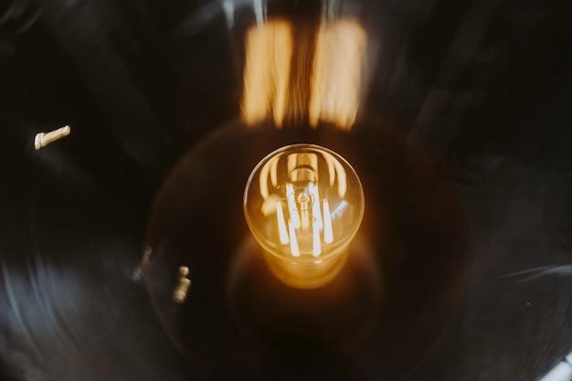 Gros plan d'une ampoule lumineuse Photo gratuit