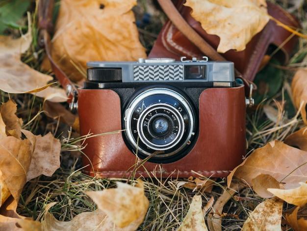 Gros plan d'un appareil photo rétro dans un sac en cuir Photo gratuit
