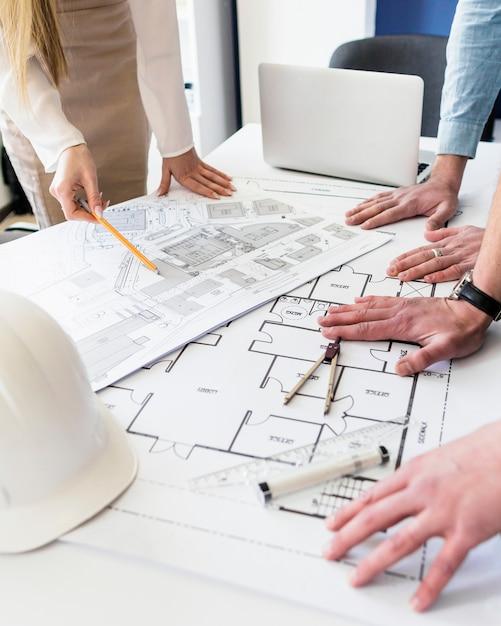 Gros plan, architecte, travailler, plan architectural, table Photo gratuit