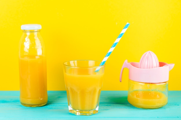 Gros plan d'un arrangement de jus d'orange Photo gratuit