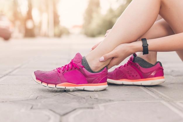 Gros plan, de, athlète féminin, pied, avoir, douleur Photo gratuit