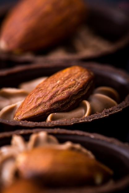 Gros plan au chocolat. diverses pralines au chocolat Photo Premium