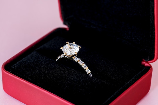 Gros plan de bague en diamant Photo gratuit