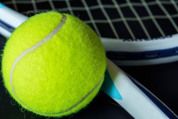 Gros plan d'une balle de tennis Photo gratuit