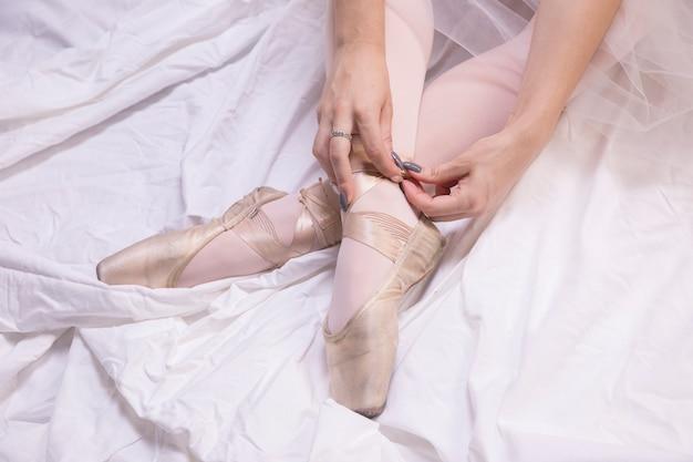 Gros plan ballerine attachant des chaussures de pointe Photo gratuit