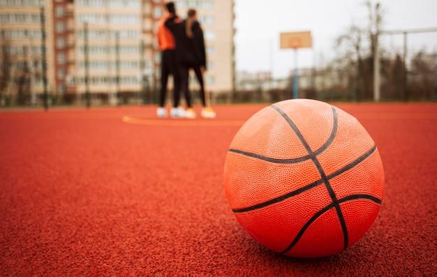 Gros Plan D'un Ballon De Basket à L'extérieur Photo gratuit