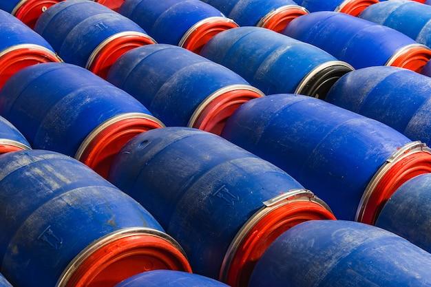 Gros Plan De Barils Bleus Dans L'usine Photo gratuit