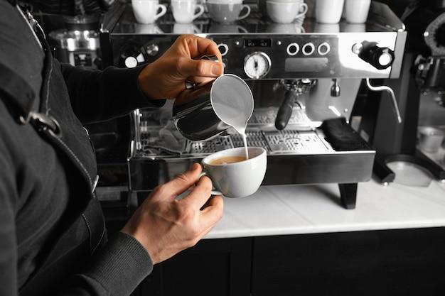 Gros Plan Barista Faisant Du Café Photo Premium