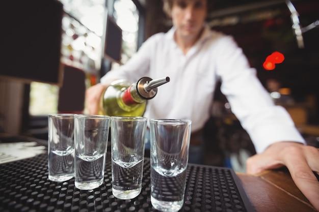 Gros Plan, Barman, Verser, Tequila, Projectile, Lunettes Photo gratuit