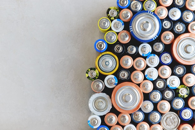 Gros Plan Des Batteries Déchargées Colorées De Différentes Tailles, Formats, Vue De Dessus Photo Premium