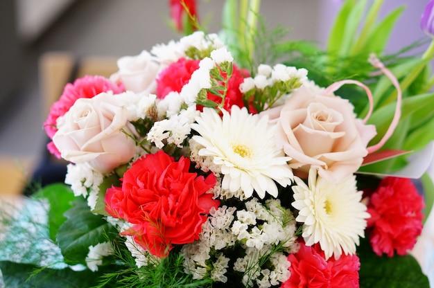 Gros Plan D'un Beau Bouquet De Fleurs Composé De Roses, Statice, œillet Et Marguerites Photo gratuit