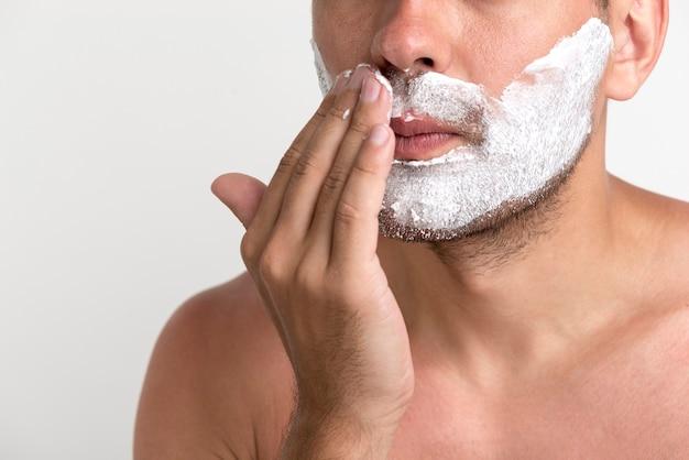 Gros plan, beau, jeune homme, application, mousse rasage Photo gratuit