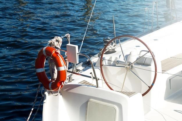 Gros Plan De Beautiful Yacht Rudder. Lumière Du Jour. Horizontal. Contexte De La Mer. Photo gratuit