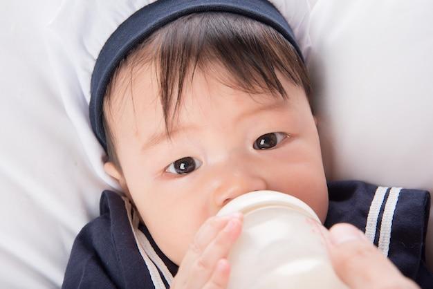Gros plan, bébé asiatique, bébé, boire, sein, alimentation, depuis, bouteille Photo Premium