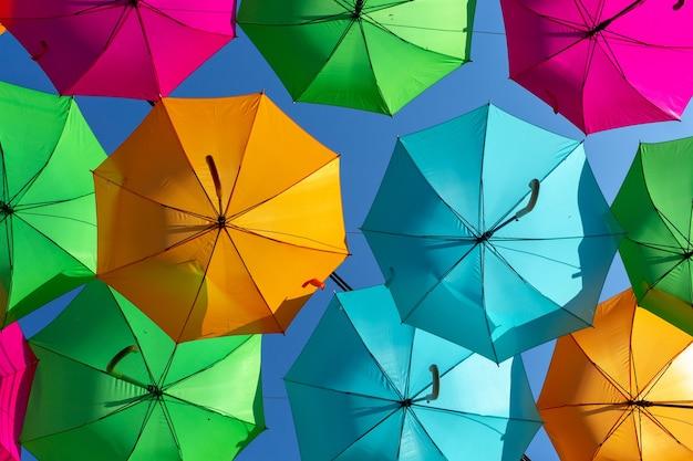 Gros Plan D'un Bel Affichage De Parapluie Suspendu Coloré Contre Un Ciel Bleu Photo gratuit