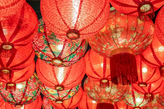 Gros plan belle lampe de lanterne chinoise traditionnelle de couleur rouge Photo Premium