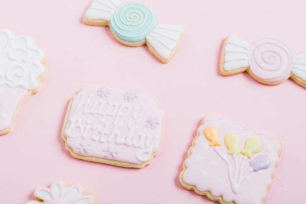 Gros plan de biscuits frais sur fond rose Photo gratuit