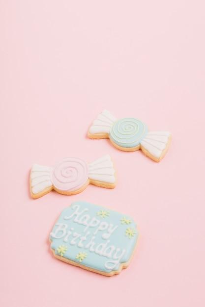 Gros plan, de, biscuits, à, joyeux anniversaire, texte, sur, arrière-plan rose Photo gratuit