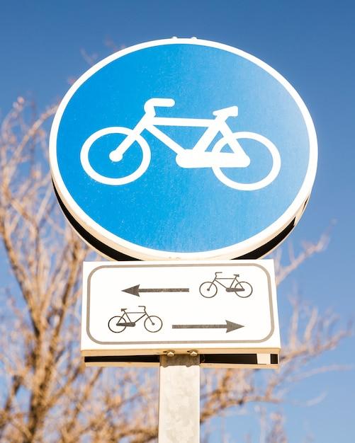 Gros plan, bleu, cycle, signe, contre, ciel bleu Photo gratuit