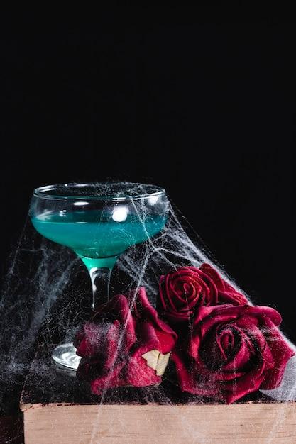Gros plan, boisson verte, à, roses Photo gratuit