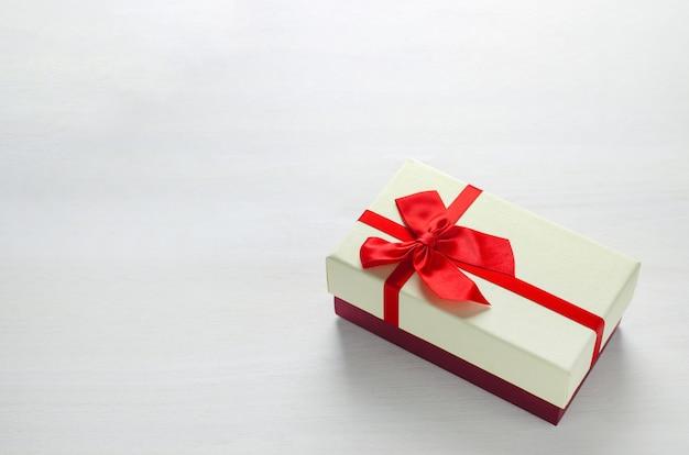 Gros Plan D'une Boîte-cadeau Deux Tons Avec Ruban Rouge Photo Premium
