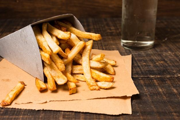 Gros plan, boîte, frites dorées Photo gratuit