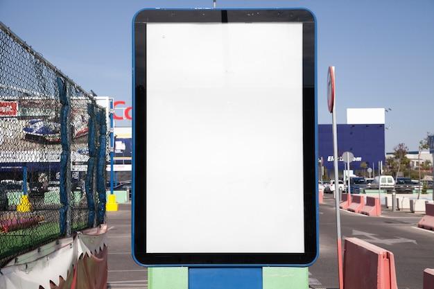 Gros plan d'une boîte à lumière vide en ville Photo gratuit