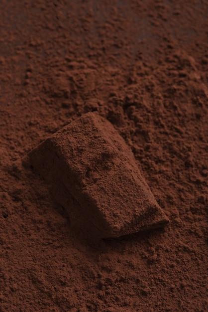 Gros Plan Des Bonbons Au Chocolat Recouverts De Poudre Noire Photo gratuit