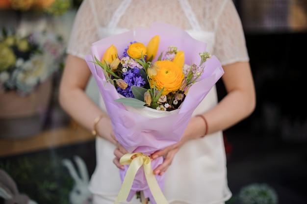 Gros plan, bouquet, bleu, jaune, fleurs Photo Premium