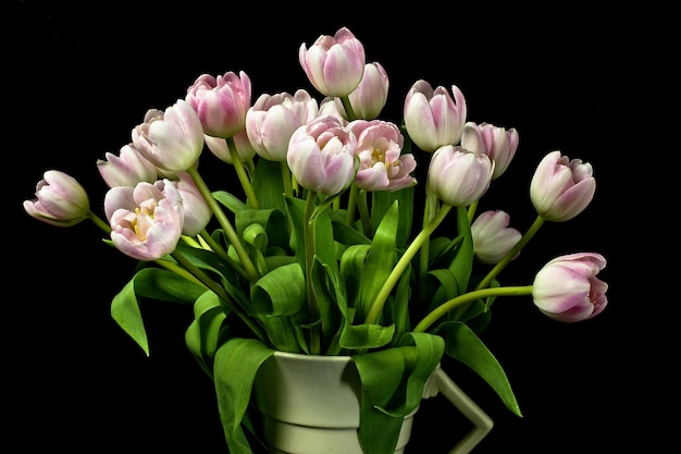 Gros Plan D'un Bouquet De Tulipes Roses Dans Un Vase Art Déco Photo gratuit