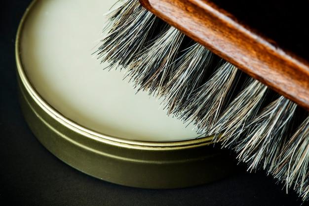 Gros plan de la brosse à chaussures et du vernis Photo gratuit