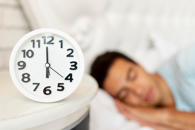 Gros plan, brouillé, mec, à, horloge Photo gratuit