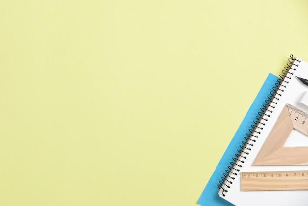 Gros plan, de, bureau, fournitures, sur, jaune, fond Photo gratuit