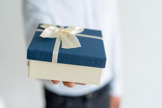 Gros plan de cadeau sur la main masculine Photo gratuit