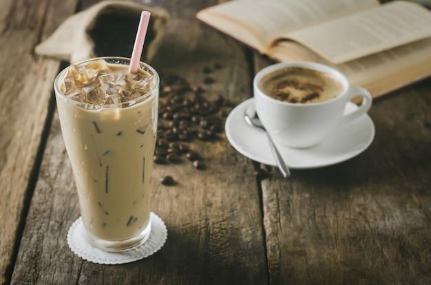 Gros Plan De Café Glacé Sur Une Table En Bois Avec Une Tasse De Café Au Lait Et Latte Photo Premium