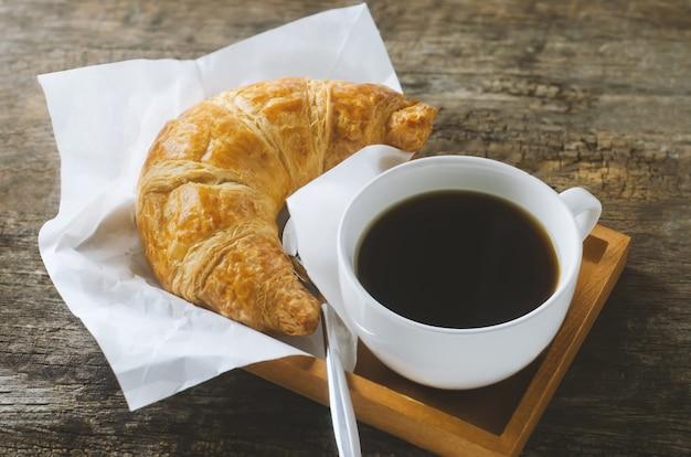 Gros Plan De Café Noir Avec Croissant Sur Table En Bois Avec Ton Vintage Et Vignette Photo Premium