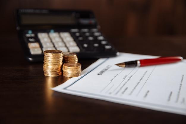 Gros Plan De La Calculatrice Et Du Stylo, Signature Du Contrat Officiel. Photo Premium