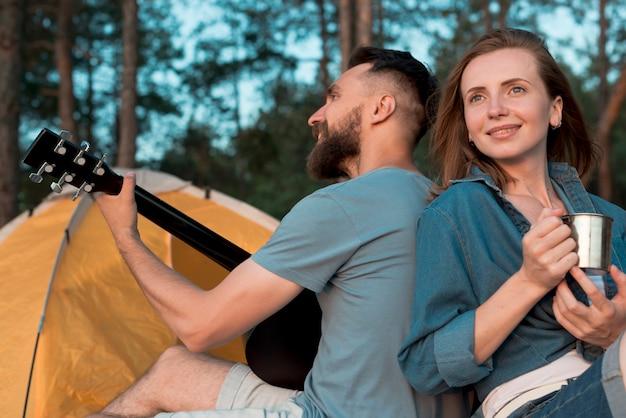 Gros plan, camping, couple, dos à dos Photo gratuit