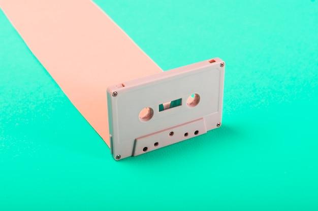 Gros plan d'une cassette audio rétro sur fond bleu Photo gratuit