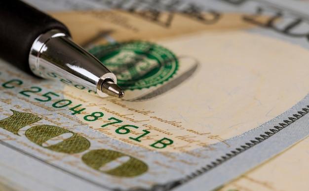 Gros plan de cent dollars et stylo Photo Premium