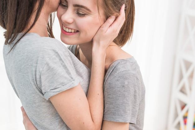 Gros plan, de, charmant, heureux, couple lesbien Photo gratuit