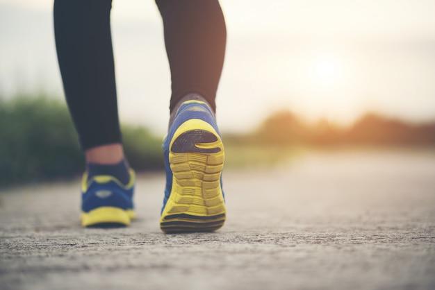 Gros Plan Sur Les Chaussures De Course Fitness Femmes Sur Les Entraînements Et Le Jogging Photo gratuit