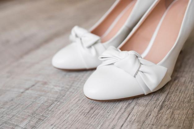 Gros plan, de, chaussures habillées, sur, bois, texturé, fond Photo gratuit