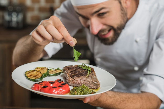 Gros plan, chef, garnir, coriandre, rôti, boeuf Photo gratuit