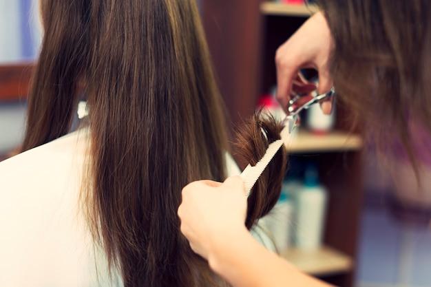 Gros Plan Des Cheveux Longs Coupés Par Le Coiffeur Photo gratuit